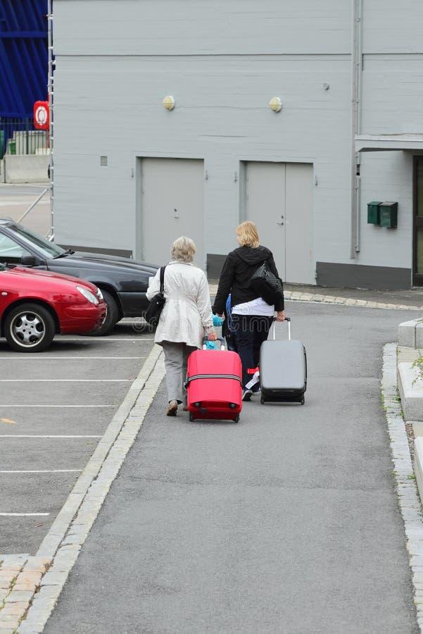 Rodzina z baga?em Oslo norway obrazy stock
