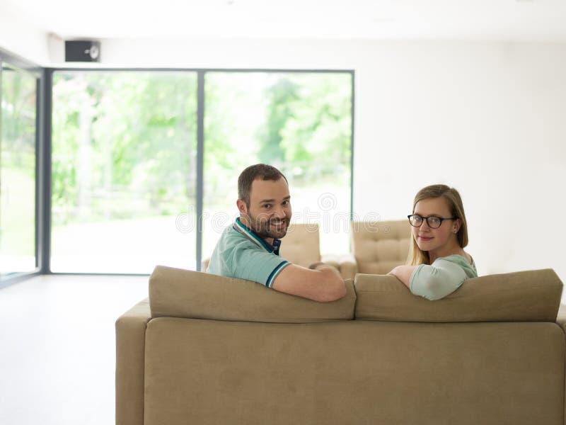 Rodzina z chłopiec cieszy się w nowożytnym żywym pokoju fotografia stock