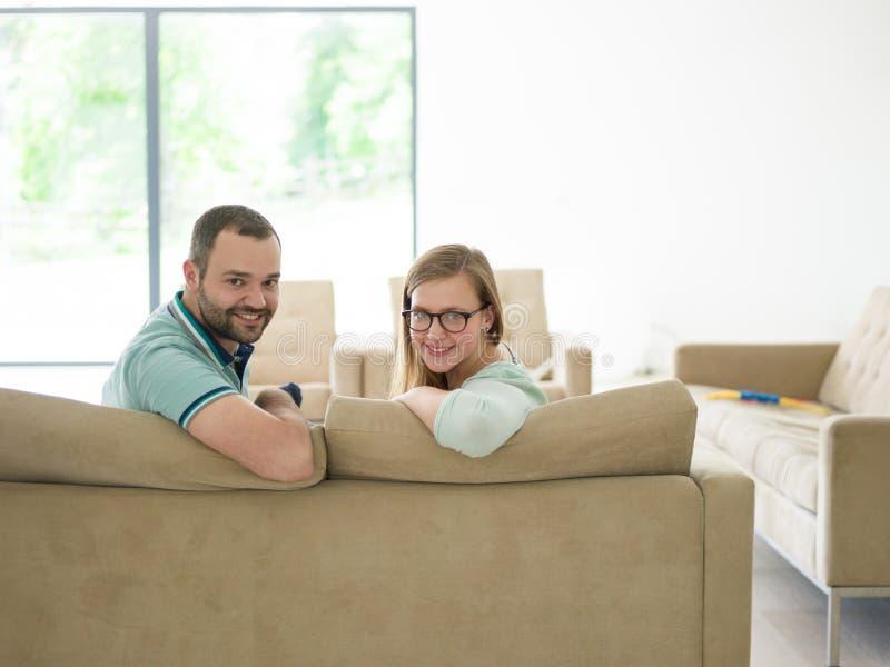 Rodzina z chłopiec cieszy się w nowożytnym żywym pokoju obraz stock