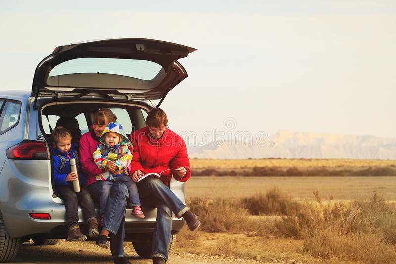 Rodzina z dwa dzieciakami podróżuje samochodem w górach obraz stock