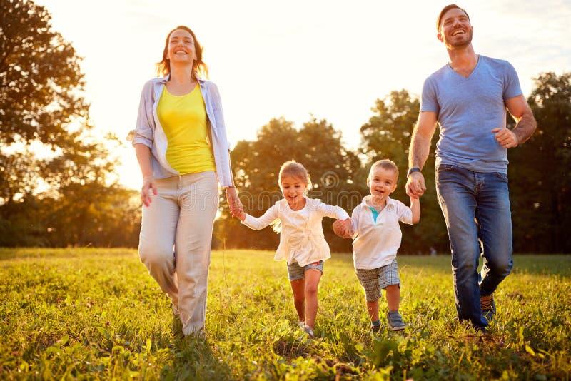 Rodzina z dziećmi cieszy się w parku zdjęcie royalty free