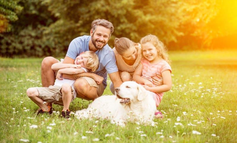 Rodzina z dziećmi i psem zdjęcie stock