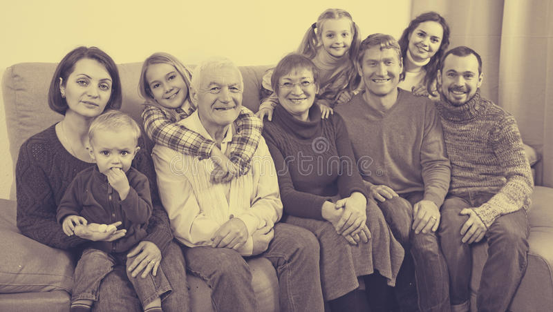 Rodzina z dziećmi pozuje dla fotografii zdjęcia royalty free