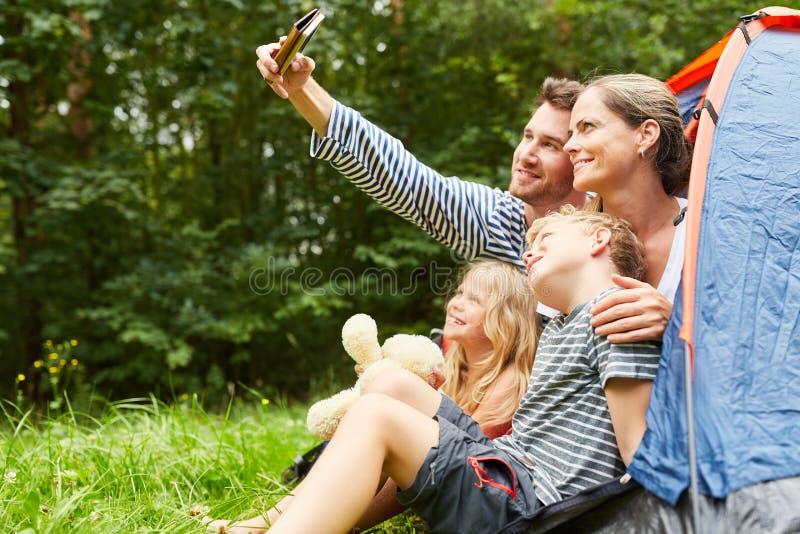 Rodzina z dziećmi robi selfie w namiocie fotografia stock