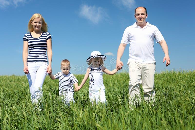Rodzina z dziećmi w letnim dniu outdoors obraz stock