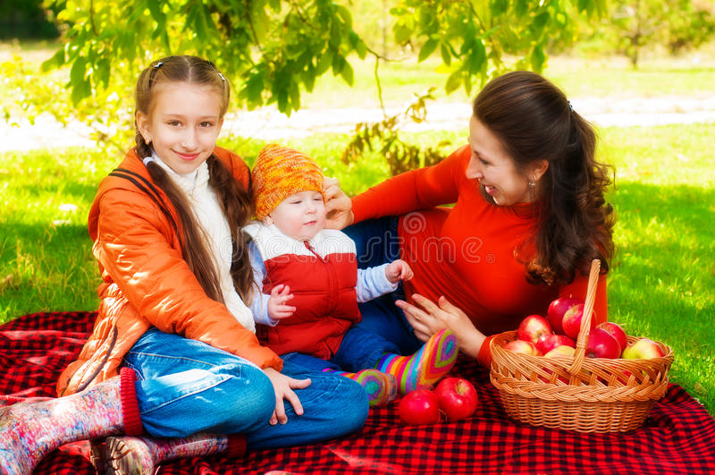 Rodzina z dziećmi w parku w jesieni obraz stock