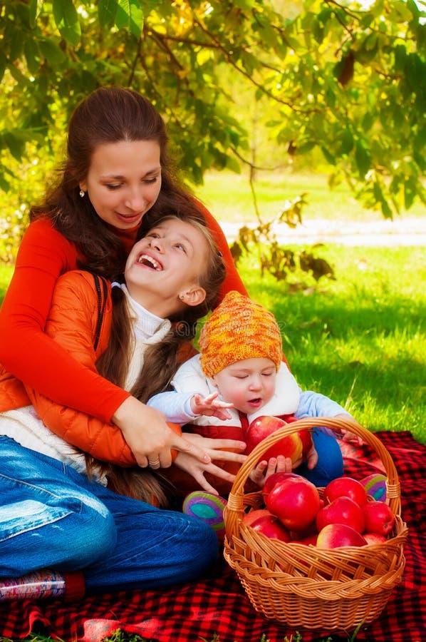 Rodzina z dziećmi w parku w jesieni zdjęcie royalty free