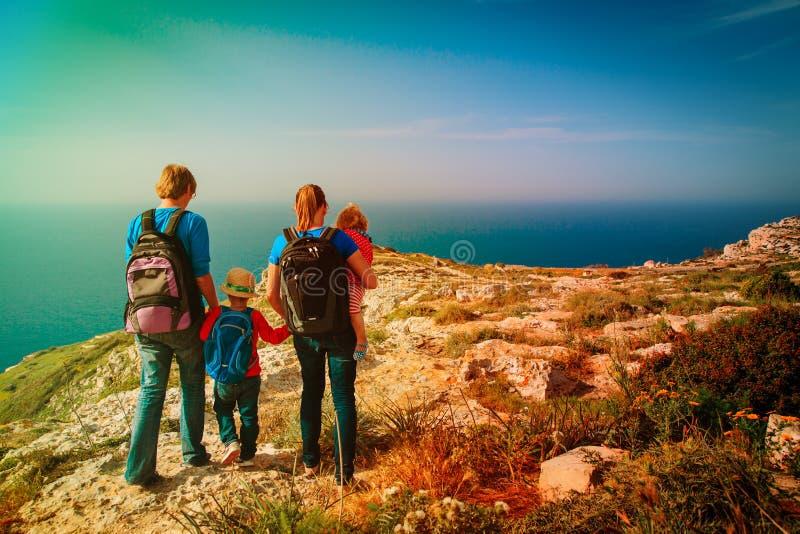 Rodzina z dzieciakami wycieczkuje w lato górach zdjęcia stock