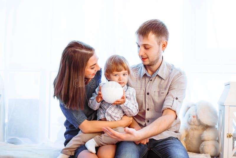 Rodzina z dziecka obsiadaniem na leżance obraz royalty free
