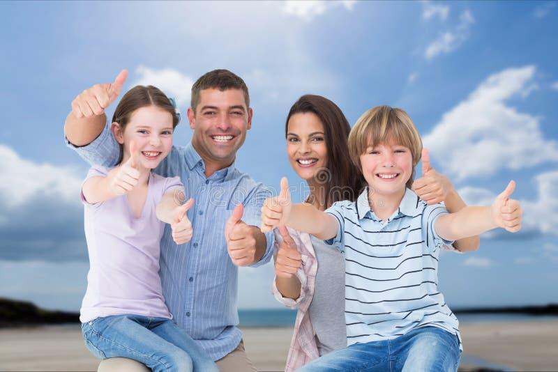 Rodzina z ich aprobatami na plaży zdjęcie royalty free