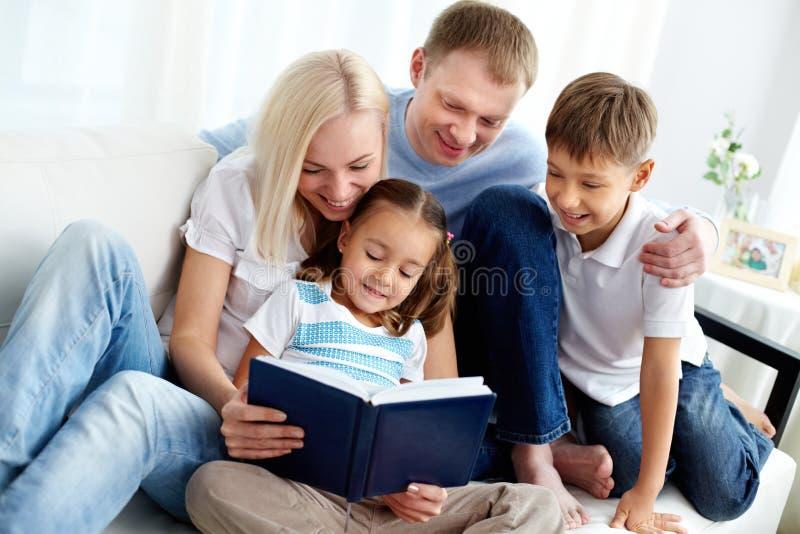 Rodzina z książką obrazy royalty free