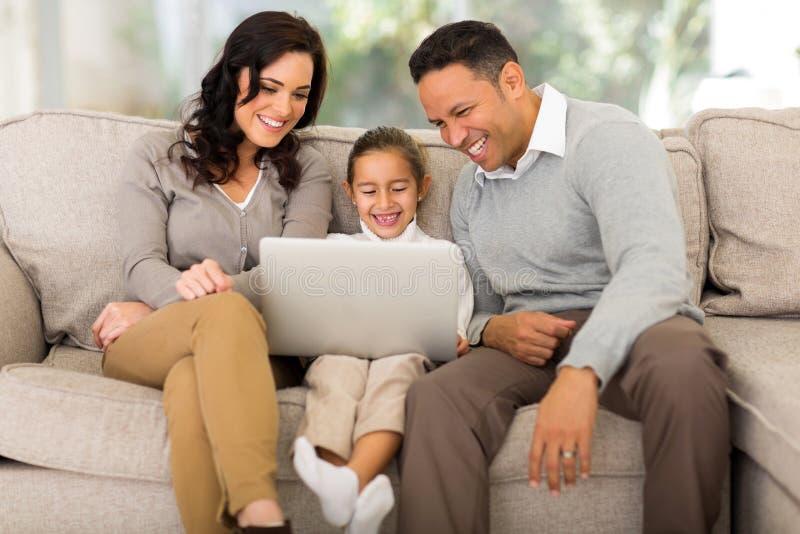 rodzina z laptopa obraz royalty free