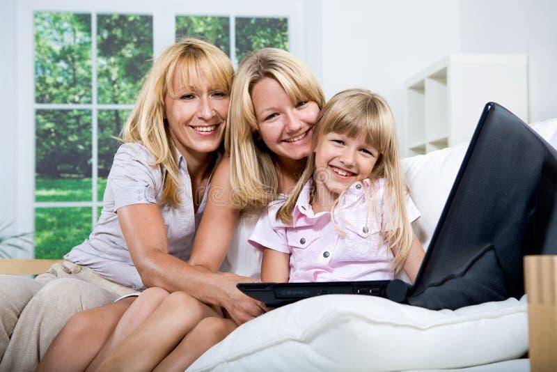 Rodzina z laptopem obrazy stock