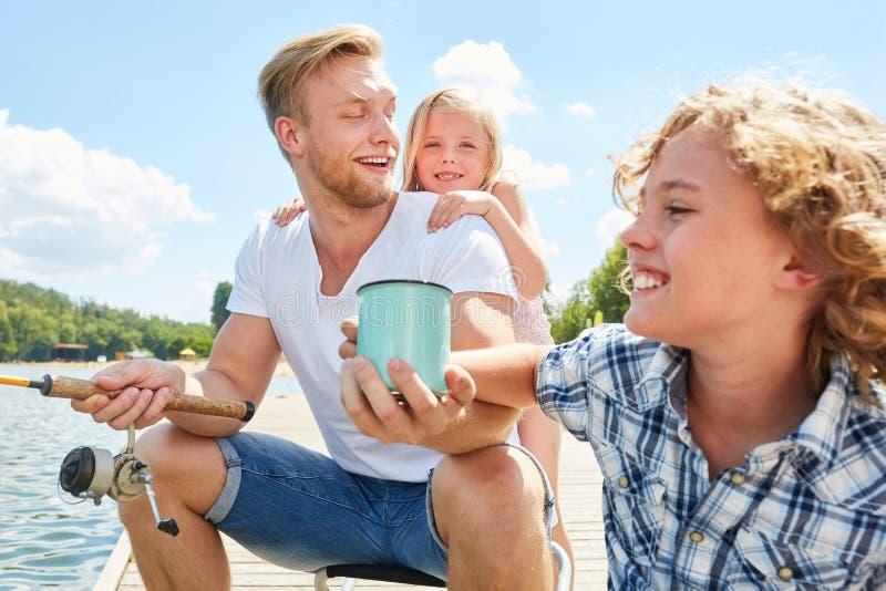 Rodzina z ojca i dwa dzieciaków łowić zdjęcie royalty free