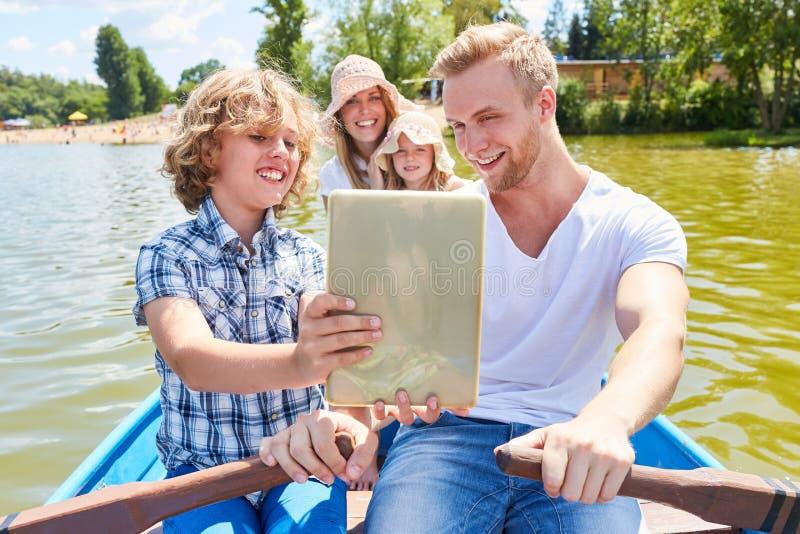 Rodzina z pastylka komputerem na łódkowatej wycieczce turysycznej obraz stock