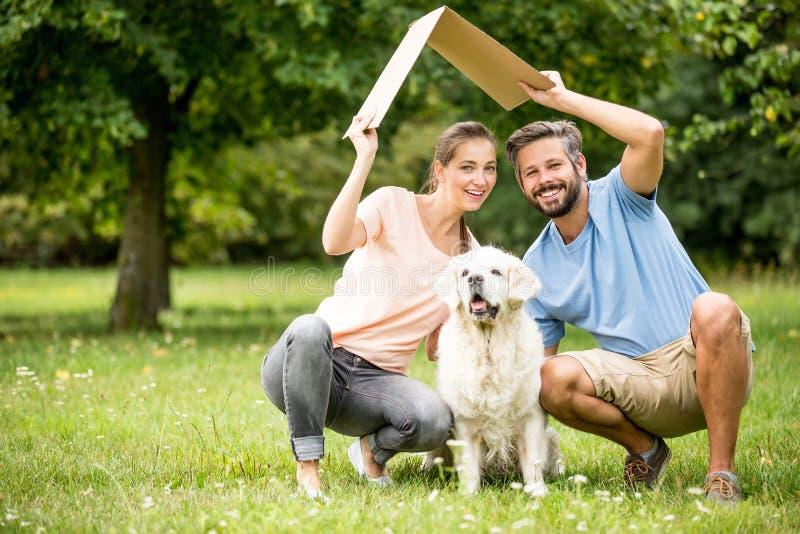 Rodzina z psem i dachem zdjęcia royalty free