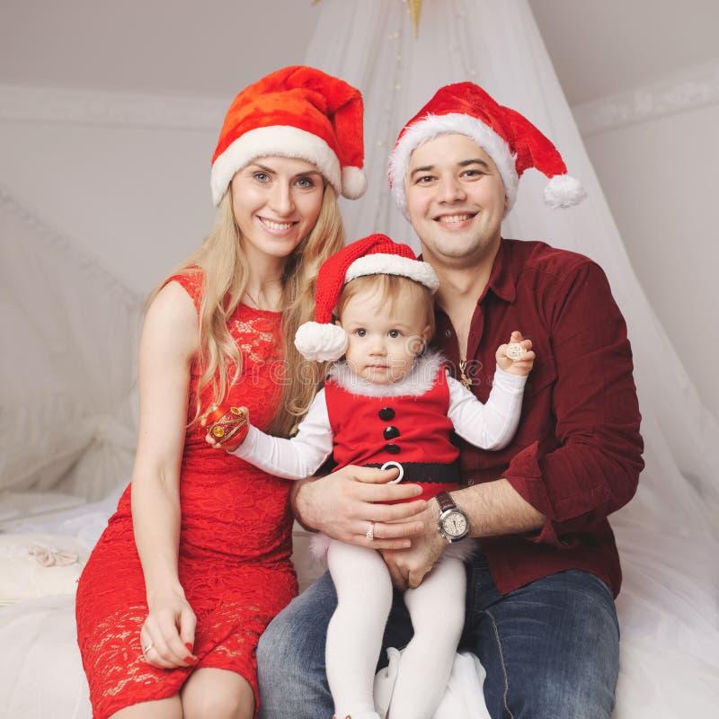Rodzina z Santa kapeluszami w domu obraz royalty free