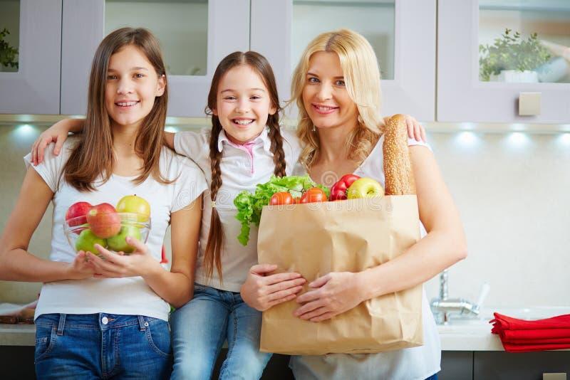 Rodzina z sklepami spożywczymi fotografia stock