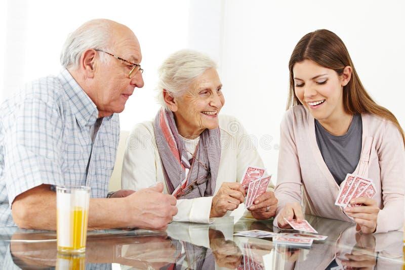 Rodzina z starszy pary bawić się zdjęcie stock