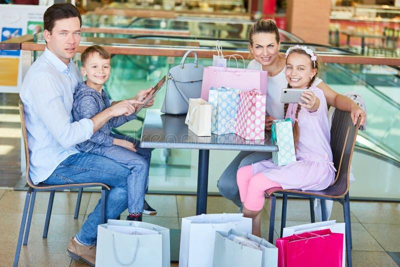 Rodzina z torbami na zakupy i smartphone fotografia stock