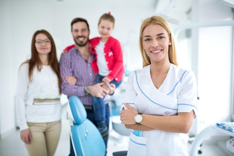 Rodzina z uśmiechniętym młodym dentystą fotografia royalty free