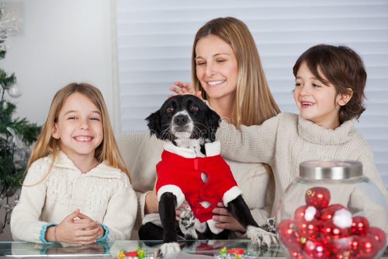 Rodzina Z zwierzę domowe psem Podczas bożych narodzeń W Domu zdjęcie royalty free