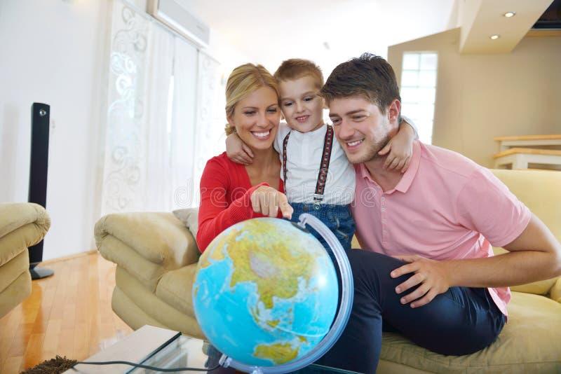 Rodzina zabawę z kulą ziemską zdjęcia royalty free