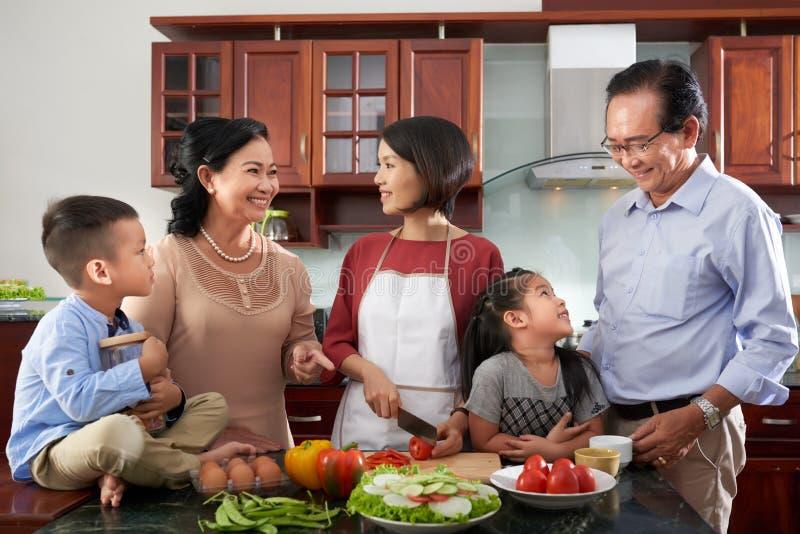 Rodzina zbierająca w kuchni obrazy royalty free