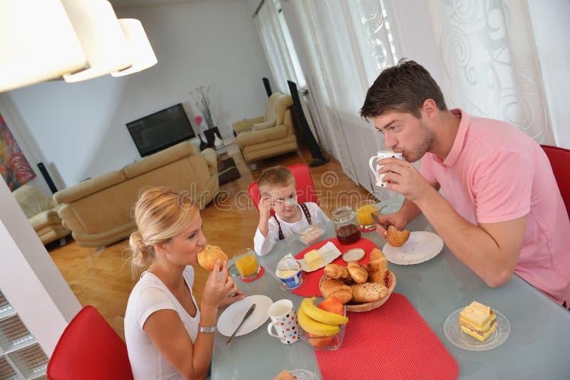 Rodzina zdrowego śniadanie w domu fotografia royalty free