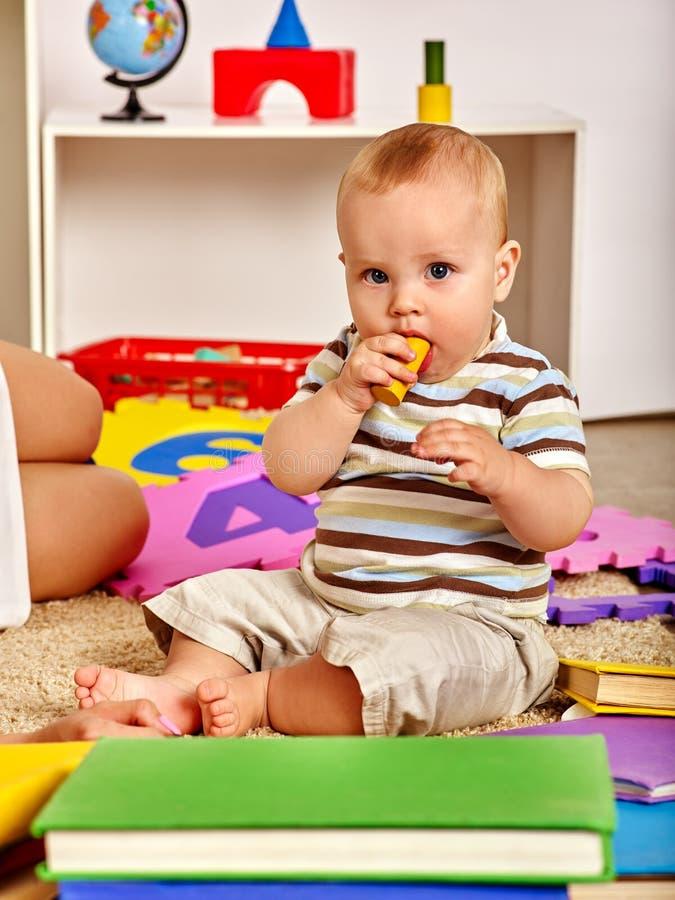 Rodzinna łamigłówka robi matki i dziecka Dziecko wyrzynarka rozwija dzieci zdjęcie stock