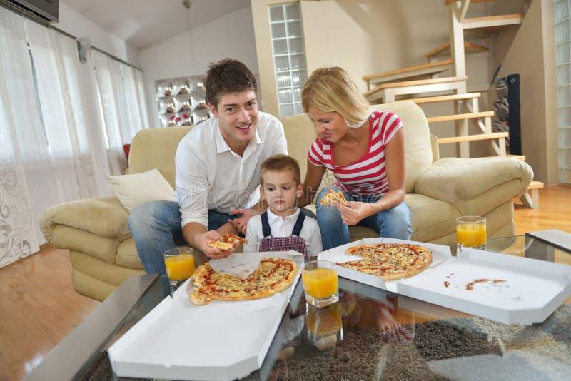 Rodzinna łasowanie pizza zdjęcia royalty free