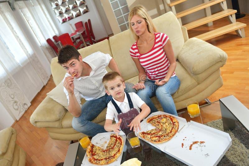 Rodzinna łasowanie pizza obraz royalty free