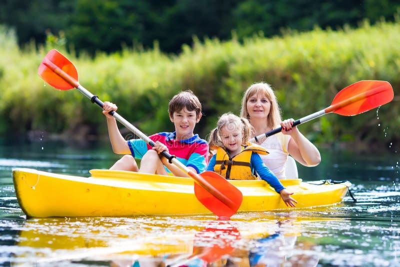 Rodzinna cieszy się kajak przejażdżka na rzece obrazy stock