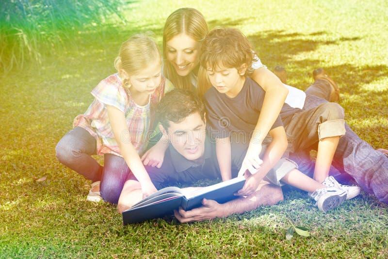Rodzinna czytelnicza książka w ogródzie w lecie fotografia stock