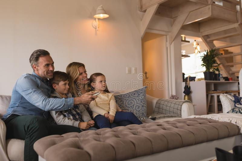 Rodzinna dopatrywanie telewizja w żywym pokoju w domu fotografia royalty free