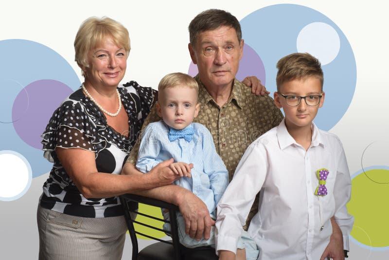 Rodzinna fotografia Dziadkowie z wnukami zdjęcia royalty free