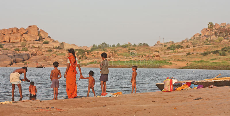 rodzinna indyjska pobliski rzeka zdjęcie stock
