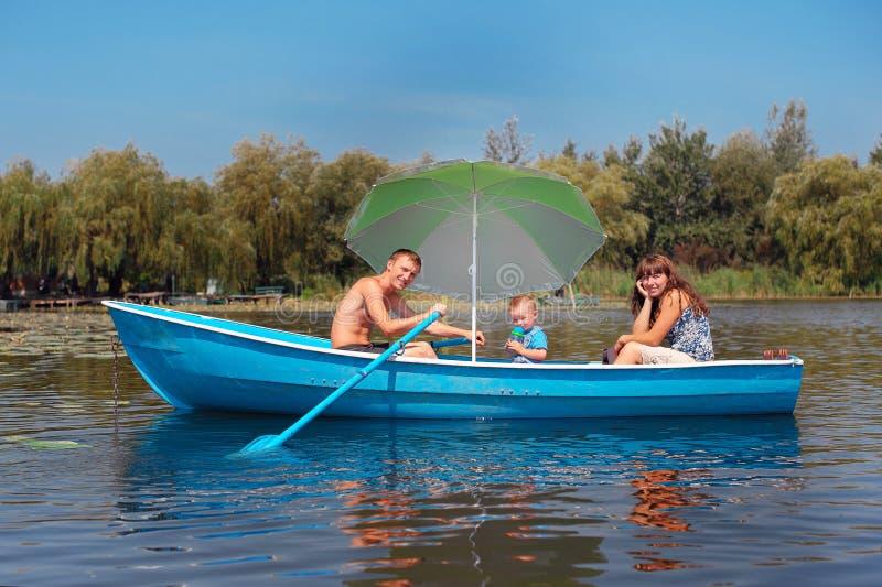 Rodzinna jazda na łodzi w lecie fotografia stock