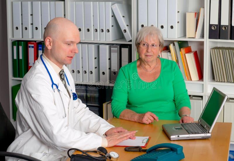 Rodzinna lekarka egzamininuje żeńskiego seniora obrazy stock