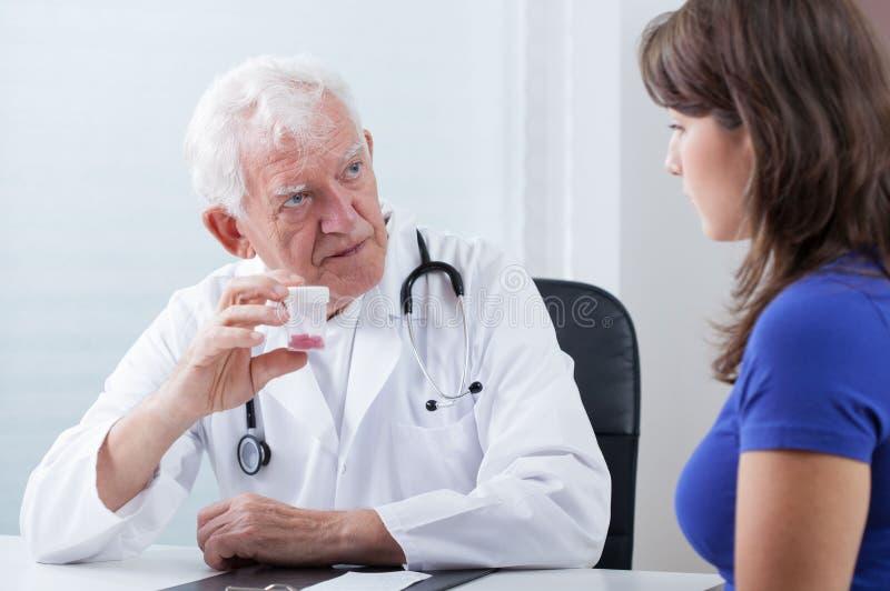 Rodzinna lekarka i medycyna zdjęcia stock