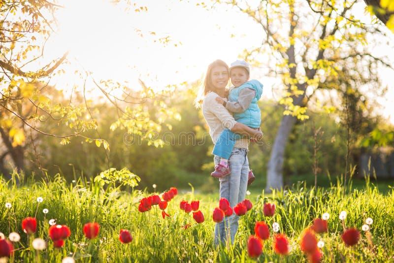 Rodzinna mama z córki kobietą z dzieckiem w wiosna stojaku i hu obraz stock