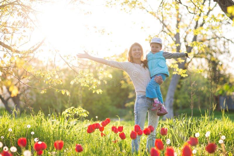 Rodzinna mama z córki kobietą z dzieckiem w wiosna stojaku i hu obrazy royalty free
