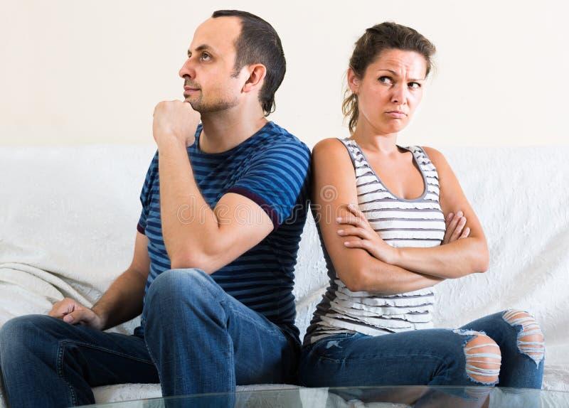 Rodzinna para krzyczy podczas gdy dyskutujący indoors fotografia royalty free