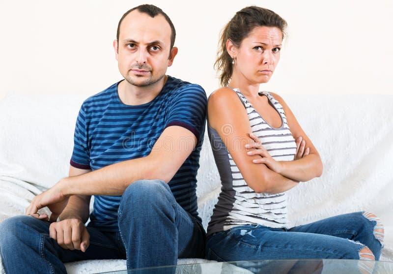 Rodzinna para krzyczy podczas gdy dyskutujący indoors fotografia stock
