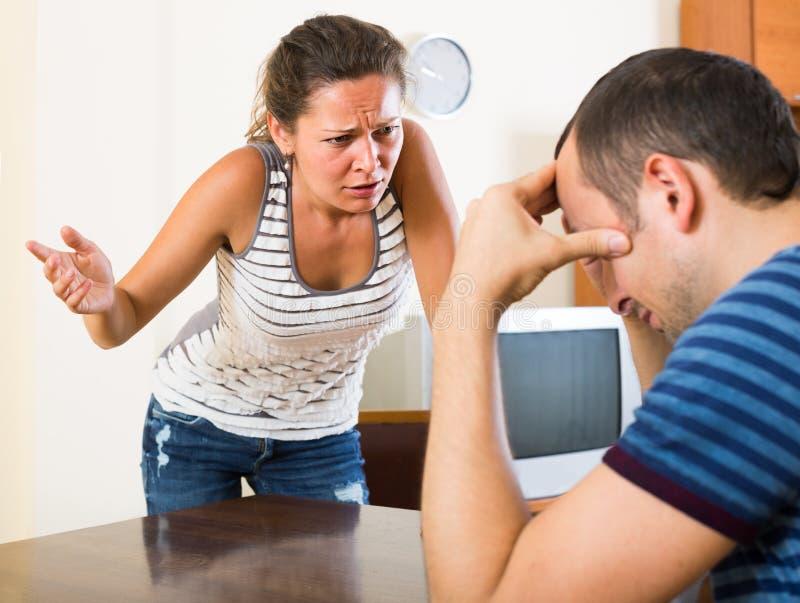 Rodzinna para krzyczy podczas gdy dyskutujący indoors obrazy stock