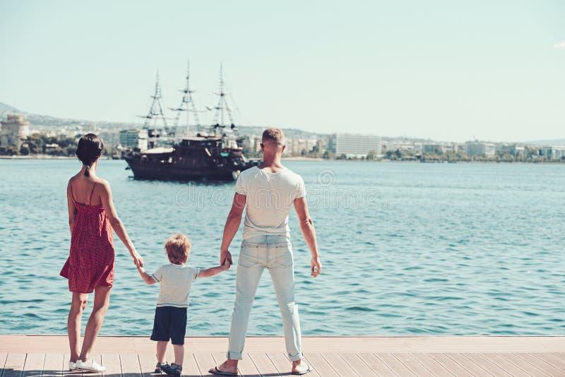 Rodzinna podróż z dzieciakiem na matek lub ojców dniu Dziecko z ojciec i matka Miłość i zaufanie jako wartości rodzinne Lato obrazy stock