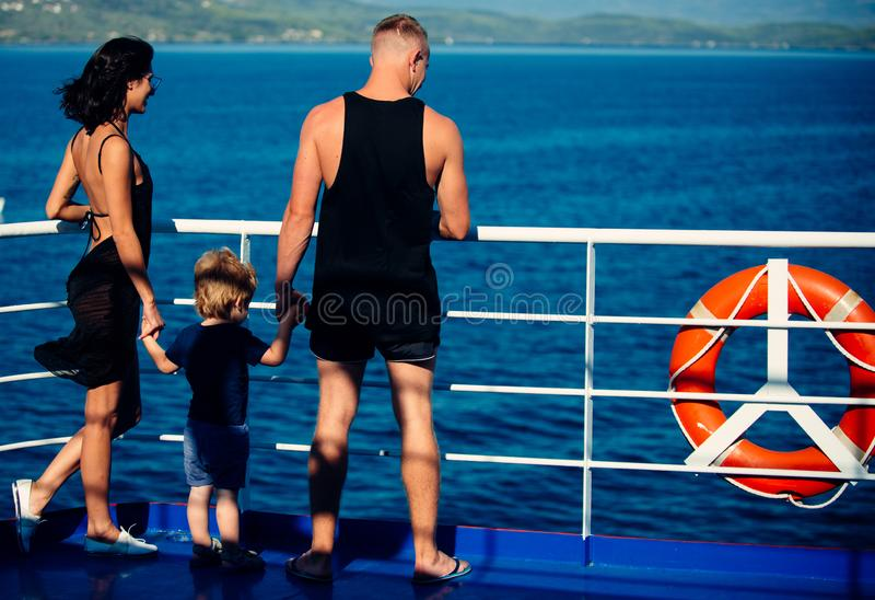 Rodzinna podróż z dzieciakiem na matek lub ojców dniu Matkuje i ojcuje z syna spojrzeniem przy morzem na plaży Wakacje zdjęcia stock