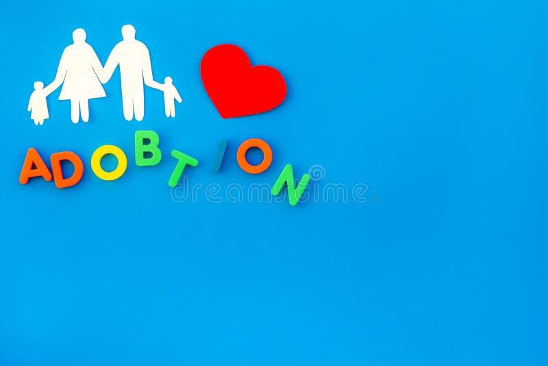 Rodzinna postać z adopcji kopii tła odgórnego widoku błękitną przestrzenią dla teksta fotografia royalty free