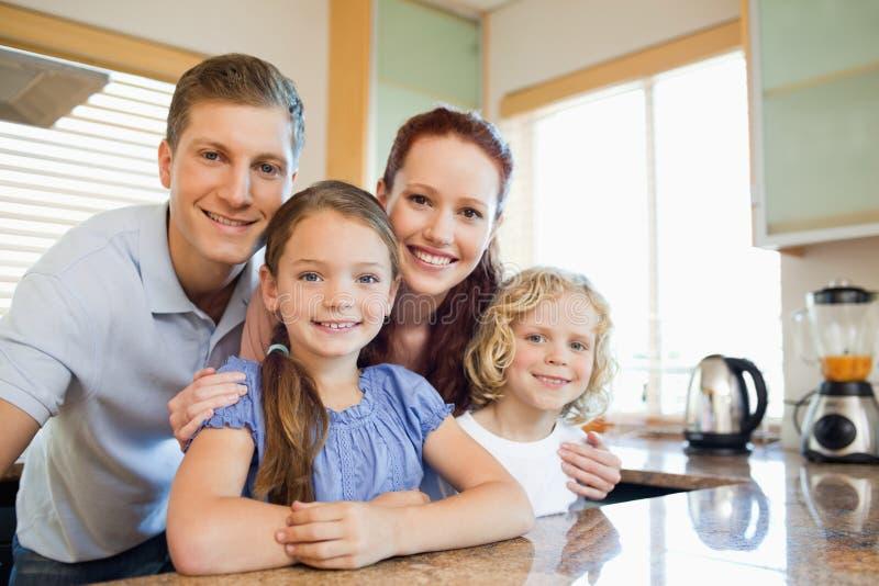 Rodzinna pozycja wpólnie za kuchennym kontuarem fotografia royalty free