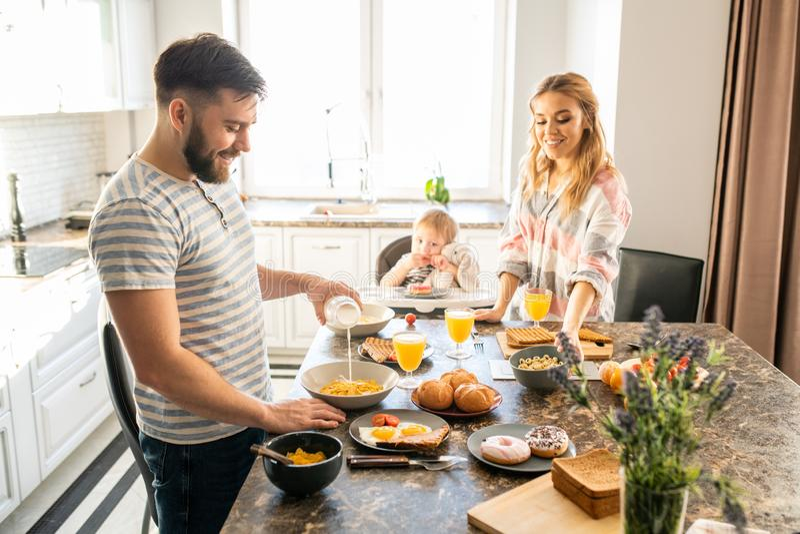 rodzinna szczęśliwa kuchnia obrazy royalty free